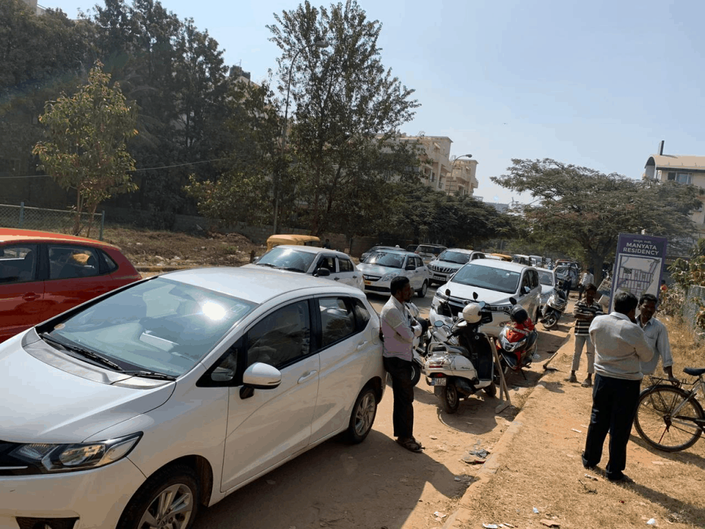 The chaotic traffic area adjoining the mini forest developed in park no. 1 at the back of Manyata Residency where another milk booth is proposed to come up. Pic: MR VrikshaMitra Group