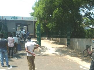 Food packets being distributed at Indira Canteens to the poor and needy in Ward 91, Shivajinagar, and Ward 18, Ramakrishna Temple. Pic: Twitter handle of BBMP Mayor Goutham Kumar